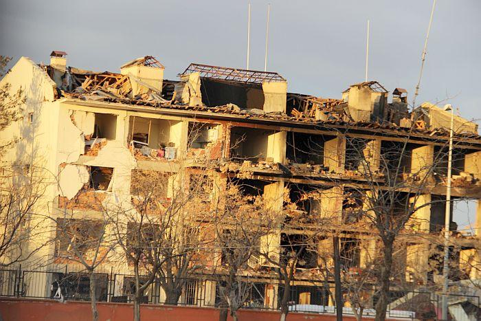 DİYARBAKIR'IN ÇINAR İLÇESİNDE PKK'NIN DÜZENLEDİĞİ EŞ ZAMANLI TERÖR EYLEMİNDE POLİS LOJMANLARINA BOMBALI ARAÇLA YAPILAN SALDIRININ ŞİDDETİ GÜN AĞARINCA ORTAYA ÇIKTI. LOJMAN BİNASI İLE KARŞISINDAKİ MÜSTAKİL BİR EVİN ÇÖKTÜĞÜ VE YANDIĞI PATLAMADA, İLÇEDEKİ BİRÇOK EV VE İŞYERİ ZARAR GÖRDÜ. LOJMAN BİNASINDA DÜN GECE YARISI BAŞLAYAN KURTARMA ÇALIŞMALARININ DA SÜRDÜĞÜ İLÇEDE, TERÖRİSTLERİN DBP İLÇE BİNASINI ATEŞE VERDİĞİ DE GÖRÜLDÜ. DİYARBAKIR VALİLİĞİ, PATLAMADA 5 KİŞİNİN HAYATINI KAYBETTİĞİNİ, 39 KİŞİNİN DE YARALANDIĞINI DUYURDU. (BURAK EMEK - MEHMET PİŞKİN/DİYARBAKIR-İHA)