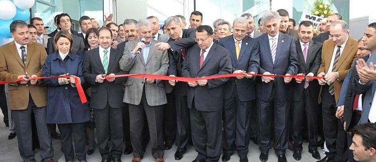 5 yılda yetersiz kalan havalimanı terminalinin yenilendiği 27 Kasım 2010'daki açılış töreninden..