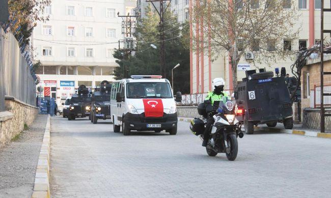 MARDİN'İN NUSAYBİN İLÇESİNDE ŞEHİT OLAN ÖZEL HAREKAT POLİSİ OĞUZHAN GÜNAYDIN'IN NAAŞI, DÜZENLENEN CENAZE TÖRENİNİN ARDINDAN MEMLEKETİ MALATYA'YA UĞURLANDI. (MEHMET SALİH KESKİN/MARDİN-İHA)