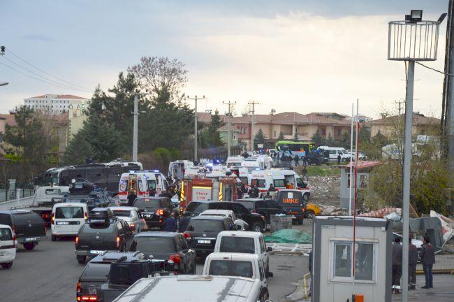 DİYARBAKIR'DA POLİSLERİ TAŞIYAN SERVİS ARACINA YAPILAN BOMBALI SALDIRIDA 4 POLİS ŞEHİT OLDU, 14 POLİS YARALANDI. (İHA/DİYARBAKIR-İHA)