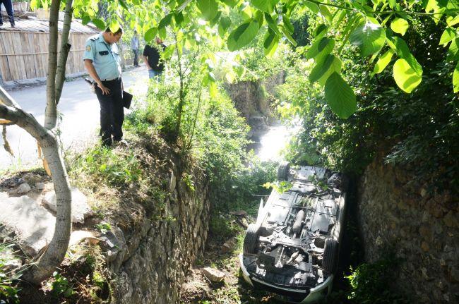 Otomobil Susuz Dereye Düştü, 6 Yaralı