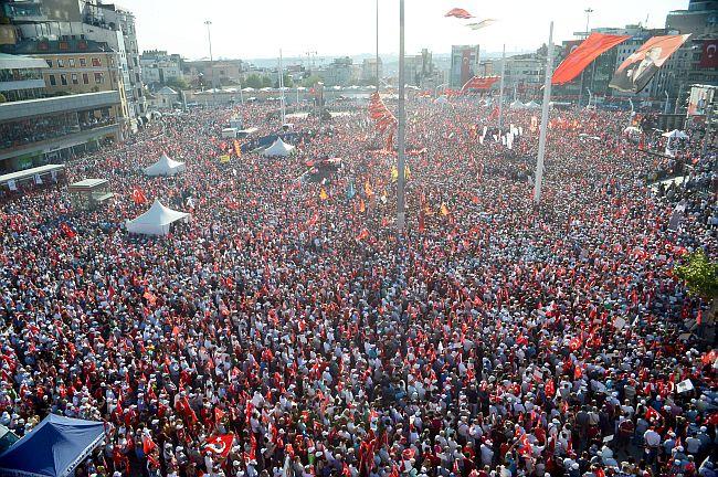 CHP'NİN TAKSİM MEYDANI'NDA DÜZENLEDİĞİ 'CUMHURİYET VE DEMOKRASİ MİTİNGİ'NE FARKLI SİYASİ PARTİLERDEN BİNLERCE KİŞİ KATILDI. (İSMAİL COŞKUN/İSTANBUL-İHA)