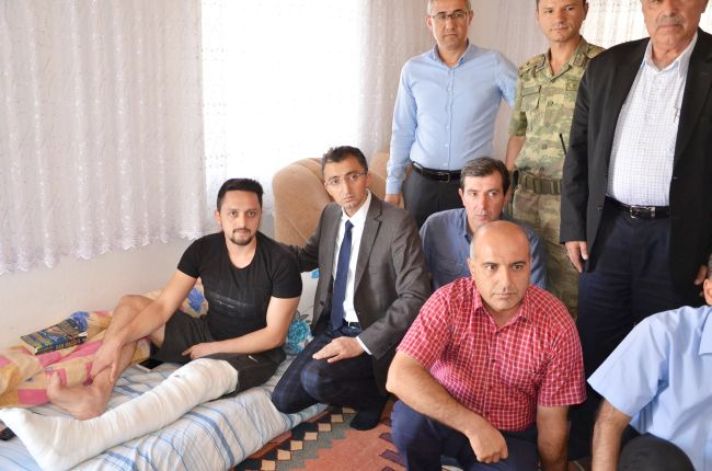 İLÇE PROTOKOLÜ YARALI POLİSİ BABAOCAĞINDA ZİYARET ETTİ (İSMET HÜSEYİN UĞUR/MALATYA-İHA)