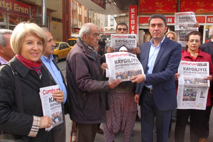 CHP İL TEŞKİLATI CUMHURİYET GAZETESİ DAĞITTI (ERDAL AKBUĞA/MALATYA-İHA)