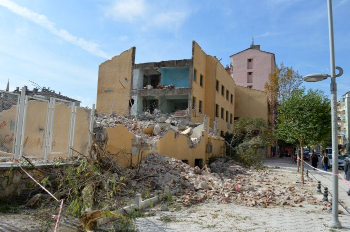 'Resmi Metruk Binanın' Yıkımına Başlandı