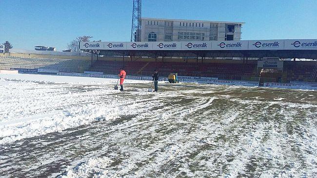 İnönü Stadı'nda Kar Temizliği Yapıldı