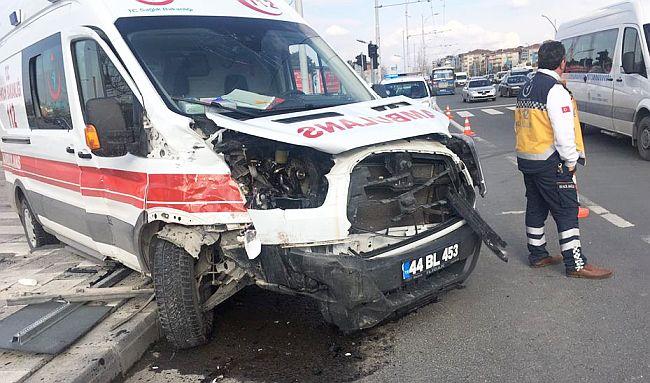Ambulans Ciple Çarpıştı, 8 Kişi Yaralandı
