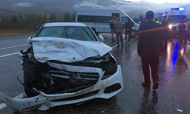 Otomobille Öğrenci Servisi Çarpıştı: 5 Yaralı