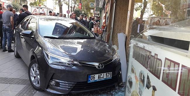 Sürücü Rahatsızlandı Otomobil İşyerine Girdi