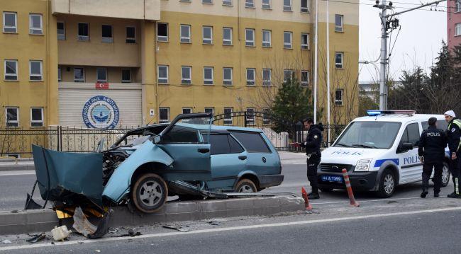 Otomobil Refüje Çarptı, Sürücü Ağır Yaralandı