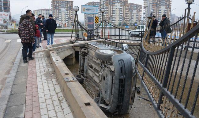 Araç Kanala Uçtu, Sürücü Yaralandı