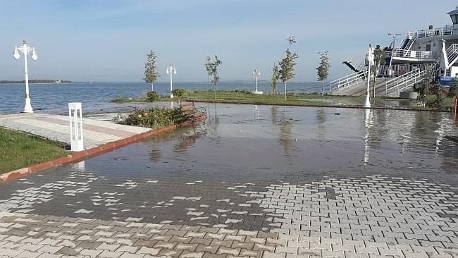 Gölde Su Yükseldi, Feribot Parka Yanaştı!