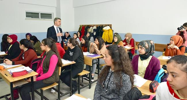 Validen 'Deprem Göçmeni' Okullara Ziyaret