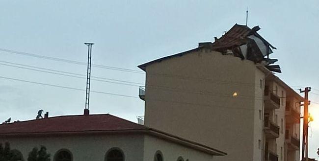 Arguvan'da Fırtına Çatıları Uçurdu