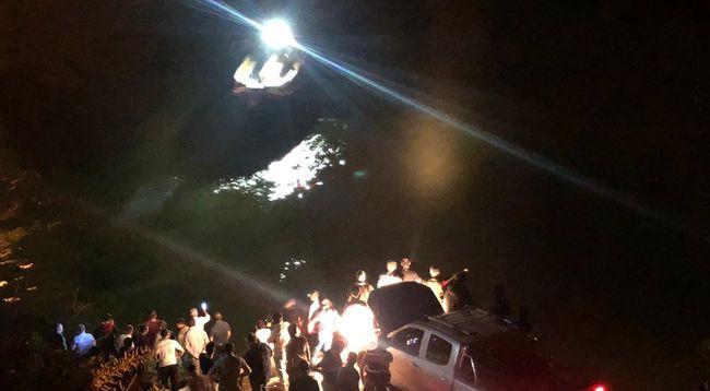 Minibüs Nehre Uçtu, 4 Ölü