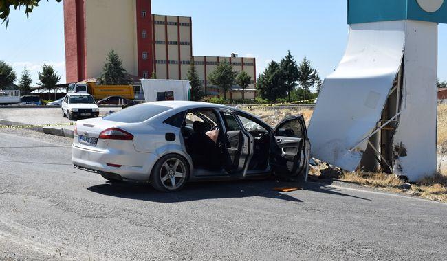 Kaçarken Polis Arabasına Çarptılar: 1'i Polis, 3 Yaralı