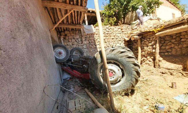 Traktör Evin Önüne Düştü
