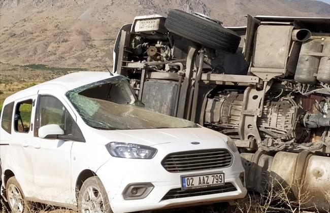 TIR Park Halindeki Otomobile Çarptı: 2 Yaralı