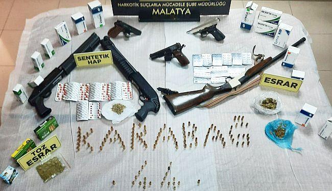 İki 'Torbacı' Uyuşturucu ve 6 Silahla Yakalandı