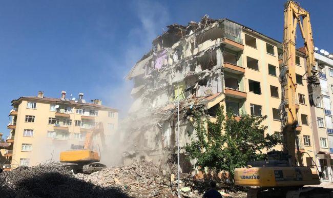 Deprem Hasarlı 130 Dairelik Sitede Yıkım