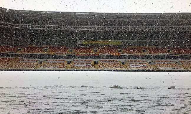 Yeni Malatya Stadyumu'nda Kar Temizliği