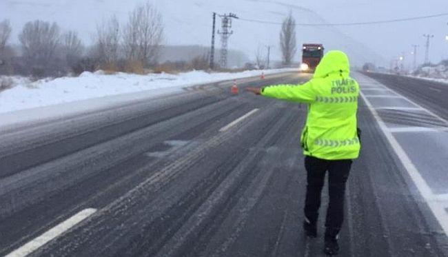 Kayseri Yolu TIR ve Kış Lastiksiz Araçlara Kapatıldı