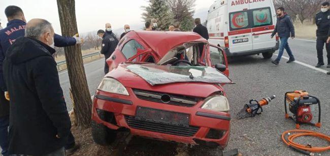 Savrulan Otomobil Ağaca Çarptı, 2 Yaralı..