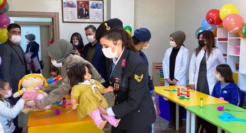 Jandarma Downlu Çocukları Unutmadı