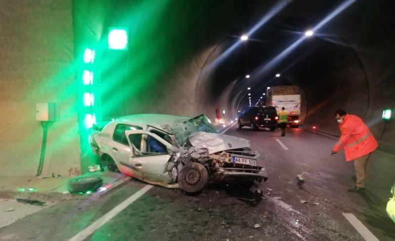 Tünel Duvarına Çarpan Otomobilin Sürücüsü Yaralı