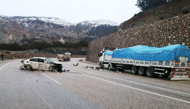 TIR'la Çarpışan Otomobilde 2 Kişi Ağır Yaralandı