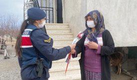 'Koruma Kararlı' Kadınlara Jandarmadan Çiçek