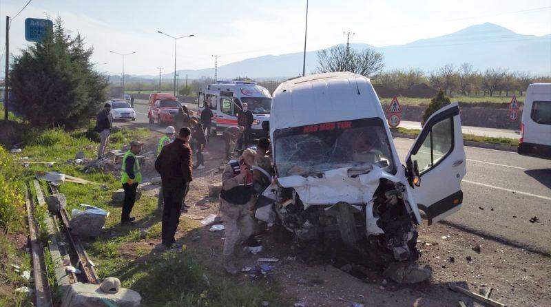 Trafik Kazalarında 2 Ölü, 12 Yaralı