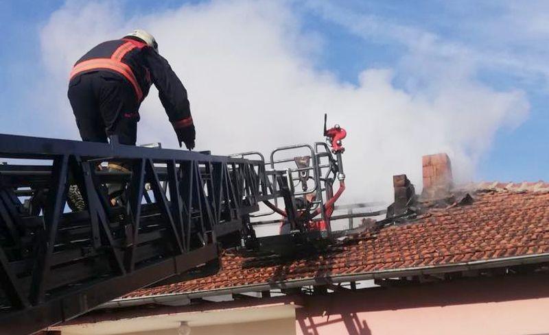 Çatıdaki Yangını İtfaiye Söndürdü