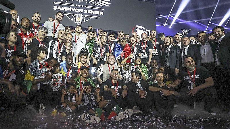 Beşiktaş Lig Şampiyonluğu Kupasını Aldı
