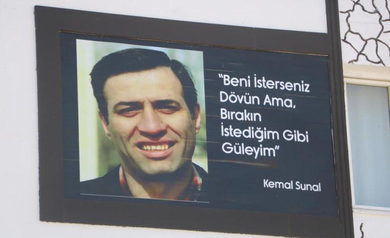 Apartmanın Duvarındaki Kemal Sunal