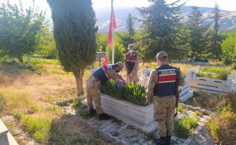 Jandarmadan Şehit Mezarlarına Bakım