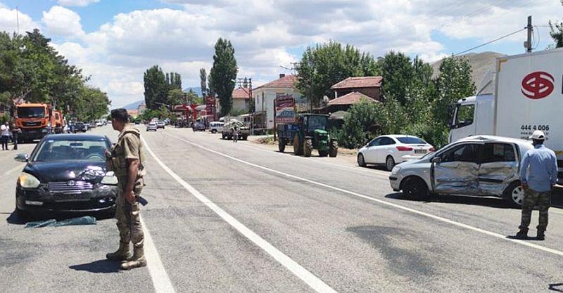 İki Otomobil Çarpıştı, 3 Kişi Yaralandı
