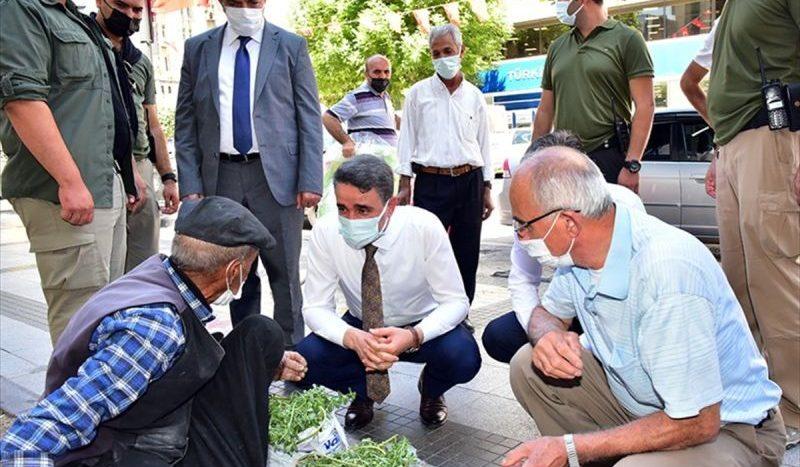 Yaşlı Satıcıyı Aşıya Vali Götürdü
