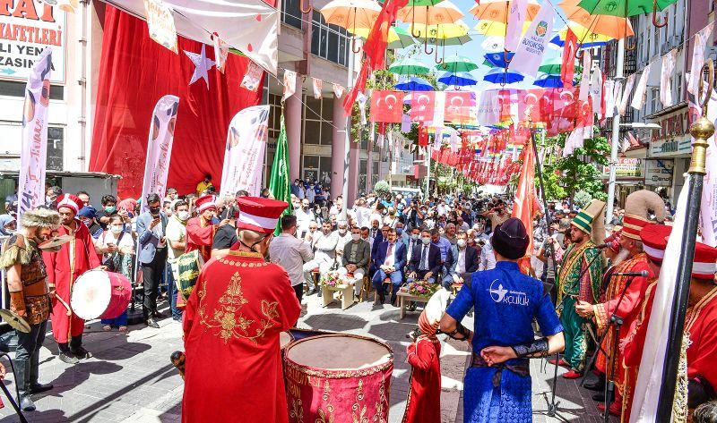 Acele Festival 'Şemsiye Sokağı'na Sığdırıldı