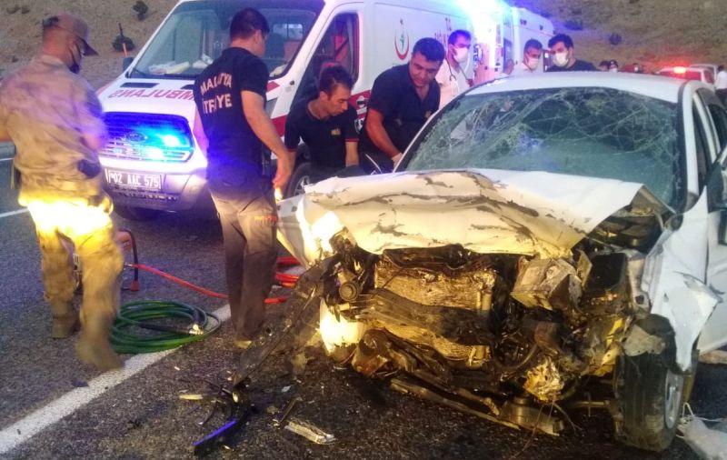 İki Otomobil Çarpıştı; 3 Ölü, 4 Yaralı Var